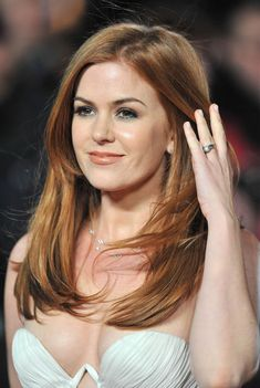 Isla Fisher closeup in a cleavage baring gown. She's lovely. Isla Fisher, Olivia De Havilland, Hottest Redheads, Thing 1, Pure Beauty, Real Beauty, Beautiful Celebrities, Beautiful Redhead, Beautiful People
