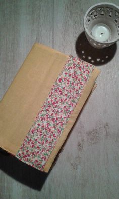 Copri agenda/libro in stoffa con taschine per conservare i tuoi promemoria.  Le dimensioni variano a seconda del tipo di agenda che hai.