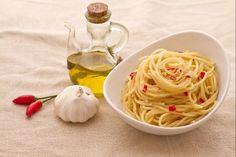 Gli spaghetti aglio, olio e peperoncino è sicuramente la ricetta più semplice della cucina italiana ma allo stesso tempo, per risultare davvero buona deve essere preparata per bene. Senza dubbio il sapore predominante è quello del peperoncino che si sposa perfettamente con l'aglio e l'olio d'oliva. Le origini di questo piatto sono antichissime ed anche ai giorni nostri non si può stabilire la paternità di questa ricetta nonostante molte regioni cerchino di rivendicarla. Tra tutte citiamo il…
