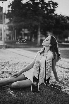 College Graduation Photos, College Graduation Pictures, Grad Pictures, Graduation Picture Poses, Graduation Portraits, Graduation Photography, Graduation Photoshoot, Grad Pics, Graduation Ideas