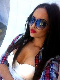 My style completely. Tan, long dark hair, cute shades, and red lips! Runway Fashion, Fashion Tips, Fashion Trends, Dark Fashion, Womens Fashion, Ray Ban Sunglasses Outlet, Oakley Sunglasses, Clubmaster Sunglasses, Sunglasses Women