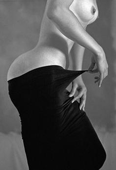 Guy Le Baube es un artista nacido en Francia en 1944 y asentado en New York desde 1976. Las fotografías de Guy Le Baube son glamurosas, sexys y eróticas. Su trabajo es audaz y sorprendente y sus desnudos son retratos alegóricos, cuentos puntuales con una ingeniosa visión cargada de ironía humorística. Sus fotografías revelan una sensibilidad que se acerca a la atracción sexual de Helmut Newton. Aunque trabaja principalmente el blanco y negro, sus últimas fotografías nos acercan sus…