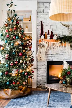 holiday decoracion What a beautiful boho Christmas home decor. Bohemian Christmas, Black Christmas, Cozy Christmas, All Things Christmas, Christmas Holidays, Scandinavian Christmas, Fun Christmas Trees, Christmas Decir, Christmas Crafts