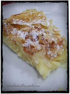 La pantxineta es una tarta típica vasca hecha con hojaldre y crema pastelera / 2 placas de hojaldre refrigerado o congelado. Un huevo. Un buen puñado de almendra cruda fileteada. Y para la crema pastelera: 3 yemas de huevo. 1 huevo. 120 gramos de azúcar. 60 gramos de maizena. Medio litro de leche: Hispanic Desserts, Spanish Desserts, Sweet Recipes, Cake Recipes, Dessert Recipes, Kitchen Recipes, Cooking Recipes, Delicious Desserts, Yummy Food