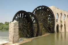 How a 2 foot drop at a dam can fill an aqueduct 18 feet higher. Concept Architecture, Historical Architecture, Murcia, Water Powers, Water Mill, Beautiful Places In The World, Wishing Well, Covered Bridges, Day For Night