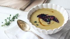 Celerová polévka s hnědým máslem a řepným chipsem  Foto: