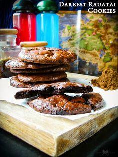Intensywnie czekoladowe ciastka, sławne wśród zagranicznych dygnitarzy i będące chlubą kuchni z zatoki Rauatai. Darkest Rauatai Cookies - wciągająco pyszne!