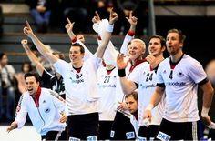 Derzeit bei der WM in Spanien sehr erfolgreich: die deutsche Handball-Nationalmannschaft nach ihrem Sieg gegen Montenegro.     repinned by someid.de