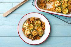 """""""Giouvetsi"""" ist ein typisch griechisches Sonntagsessen: Bei diesem Auflauf wird saftiges Rindfleisch zusammen mit Orzo-Nudeln im Ofen überbacken, dazu kommen noch gebratene Zucchini. Abgeschmeckt mit Rosmarin wird daraus ein leckeres Gericht. Guten Appetit!"""