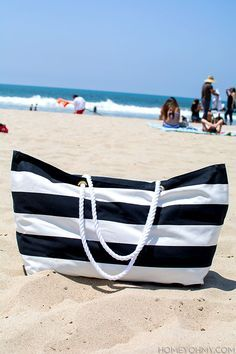 No Sew Beach Tote No Sew Beach Bag - but I'd sew it instead of gluing together.No Sew Beach Bag - but I'd sew it instead of gluing together. Couture Cuir, Diy Bags No Sew, Diy Accessoires, Do It Yourself Fashion, Sewing Accessories, Summer Accessories, Beach Tote Bags, New Bag, Diy Clothes