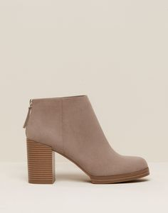 You can find our Ankle boots offer in Pull&Bear. Visit us now and discover 48 Ankle boots we have for you and much more fashion Pull & Bear, Ankle Heels, Ankle Boots, High Shoes, Leather Brogues, Look Cool, Beautiful Shoes, Me Too Shoes, Heeled Mules