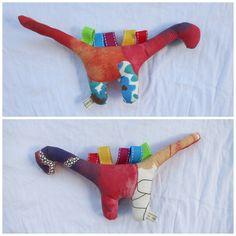 Greif- & Beißdino Blumen. #PDF #freebie. Free PDF pattern. Dinosaur toy. #DIY.