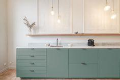 Personalisation de cuisine ikea Open Plan Kitchen Living Room, Loft Kitchen, Ikea Kitchen, Kitchen Furniture, Kitchen Interior, Kitchen Decor, Green Kitchen Designs, Scandinavian Kitchen, Tiny House Design