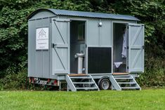 The Aquarius by The English Shepherds Hut Company. A dedicated bathroom ideal for festivals with hot showers and flushing toilets. Perfect for Posh Toilet Hire for Weddings and Events. Outdoor Bathrooms, Big Bathrooms, Amazing Bathrooms, Portable Bathroom, Portable Toilet, Master Bedroom Bathroom, Modern Master Bathroom, Bathroom Grey, Classic Bathroom