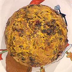 200 g di farina 150 g di uvetta 100 g di pasta di pane 50 g di mandorle pelate 50 g di gherigli di noce 50 g di nocciole tostate 50 g di pinoli 50 g di fichi secchi 50 g di cedro candito 50 g di arancia candita 50 g di miele millefiori 50 g di zucchero 5 g di misto di spezie (cannella, noce moscata, chiodi di garofano in polvere) 2 albumi 1 bustina di zafferano olio di oliva sale
