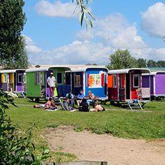 Een unieke overnachtingsmogelijkheid in Amsterdam vind je op Camping Zeeburg. Hier staan namelijk een aantal felgekleurde Wagonettes te schitteren.