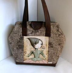 Taška - Zimná kráska Zimná kráska je kabelka väčších rozmerov, je ušitá z kvalitného tweedu a designovej bavlny v kombinácii s koženkou. Kabelka je vystužená z vonkajšej strany bavlneným plátnom a z vnútornej strany pevnejšou výstuhou, ktorá jej však ponecháva príjemnú mäkkosť. Vo vnútri kabelky je jedno veľké vrecko na zips a štyri menšie na potrebné drobnosti a ...