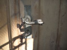 Die Türklinke. Die Türklinken.  Eine schöne alte Türklinke. Darunter steckt ein Schlüssel im Schloss.