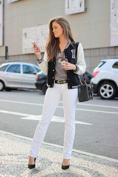 Ótima ideia de look que mistura estilos. O scarpin com as peças neutras dão um…