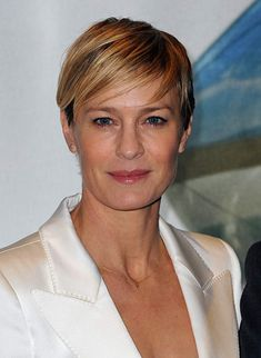 Created by Beau Willimon. With Kevin Spacey, Michel Gill, Robin Wright, Kate Mara. A Congressman works with his equally conniving wife to exact revenge on the people who betrayed him. Robin Wright, Claire Underwood Style, House Of Cards Seasons, Kevin Spacey, Short Hair Cuts, Pixie Cuts, Her Hair, Lady, Brown Hair
