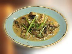 Φρέσκα Μανιτάρια με Σκορδοβούτυρο , σάλτσα κρασιού, γαρνιρισμένα με μαιντανό και φρέσκα κρεμυδάκια σε λωρίδες
