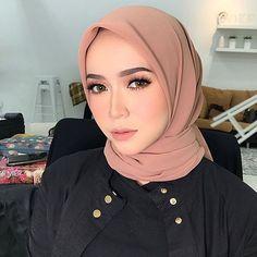 See More – Hijab Fashion 2020 Casual Hijab Outfit, Hijab Chic, Beautiful Muslim Women, Beautiful Hijab, Modern Hijab Fashion, Muslim Fashion, Royal Wedding Gowns, Wedding Dresses, Beauty Makeup