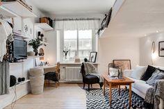 Ljust genomgångshem med fint mattlackerat trägolv, modern interiör, charmiga detaljer, stort kök och stilrent badrum. Ett perfekt hem för singeln som vill bo med känsla. I det här charmiga hemmet bor du stilfullt och praktiskt med goda förvaringsmöjligheter och gott om plats för umgänge. Ett mysigt loft i vardagsrummet ger en avskild sovplats och skapar …