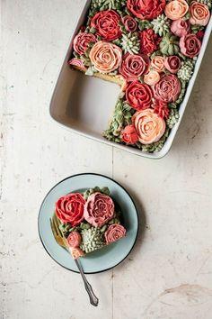 Bolo com cobertura decorada de flores
