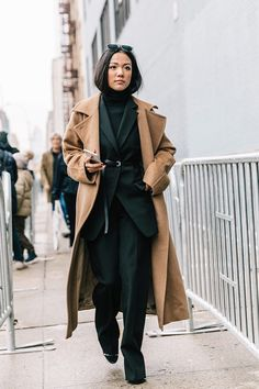 25 Winter Street Style Outfits To Keep You Stylish and Warm – M Sporty Chic, Business Outfit Damen, Yoyo Cao, Daily Street Style, Camel Coat Outfit, Belle Silhouette, Style Personnel, Looks Chic, Winter Fashion Outfits