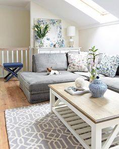 Grau ist das neue Schwarz! Leicht zu kombinierende Möbel und Accessoires sind doch immer wieder praktisch. Der Handgetufteter Wollteppich Lima in Grau ist zeitlos und elegant zugleich und die perfekte Wahl für jeden Raum! // Wohnzimmer Teppich Couchtisch Sofa Hund Grau Blau Vase Deko Gestalten Holz #Wohnzimmer #Teppich #Grau #Gey #Hund #Interior #Einrichten #Sofa #WohnzimmerIdeen #Couchtisch @mojdommojemiejsce