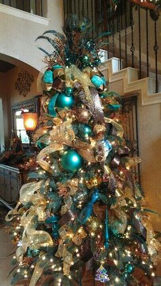 100 Festive Christmas Tree Ideas that'll make the Christmas Cheer even more Vibrant - Hike n Dip - - Thinking about Christmas Trees? Why not take a Look at this collection of festive Christmas tree ideas that will give you plenty of unique ideas. Peacock Christmas Tree, Blue Christmas Decor, Gold Christmas Decorations, Beautiful Christmas Trees, Christmas Tree Themes, Winter Christmas, Christmas Photos, Gold Ornaments, Christmas Ideas