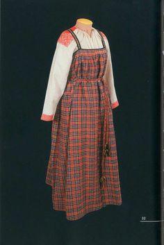Праздничный костюм. Состоит из рубахи-«намышницы», пестрядиного сарафана и пояса. Завершал костюм повойник, поверх которого повязывали ситцевый платок. Конец XIX — начало XX века. Архангелькая губерния