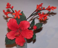 Hibiskus und Montbretia aus Blütenpaste