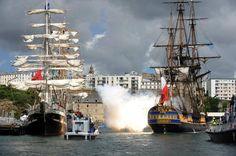 EN IMAGES - Vingt-et-un coups de canon ont accueilli mercredi 13 juillet L'Hermione, majestueuse réplique du trois-mâts de La Fayette, lançant la septième édition du festival marin brestois qui accueillera jusqu'au 19 juillet un millier de navires venant de douze pays.