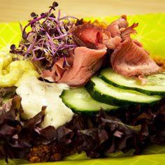 Sandwich Open Face: Roast Beef Roast beef con pan de centeno casero.#doblecremacafe