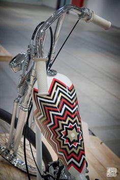 Fishscale grips on beautiful Knucklehead photo Custom Paint Motorcycle, Custom Bobber, Custom Choppers, Custom Motorcycles, Custom Bikes, Old Harley Davidson, Harley Davidson Panhead, Motorcycle Photography, Air Brush Painting