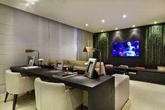 30 Salas com home offices integrados – veja modelos inspiradores e dicas! - estação de trabalho disposta atrás do sofá.