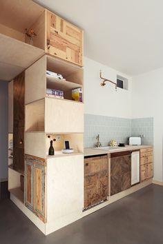ベニヤ板や集成材を使い大工仕事で仕上げたキッチンは、木の味わいやデザイン性がありながらもコストダウンできるテクニック。収納スペースも自分の好みに合わせて作れます。