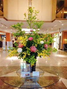 ホテルのロビー花。 今が旬の芍薬をメインに新緑の爽やかな雰囲気が出ていませんか?