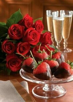 Beautiful Valentine's Day spread: classy red roses, chocolate-covered strawberries and champagne My Funny Valentine, Valentine Day Love, Valentine Roses, Love Is In The Air, Just For You, Surprise Parties, In Vino Veritas, Chocolate Covered Strawberries, Chocolate Dipped