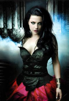 Evanescence - Amy Lee Picture from Evanescene. Add me if you're an Evanescence fan! Amy Lee Evanescence, Goth Beauty, Dark Beauty, Katy Perry, Emy Lee, Chica Heavy Metal, Teenager Party, Musica Metal, Women Of Rock