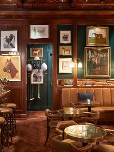 Le bureau, meublé de créations de la décoratrice. Au mur, le triptyque Essex Marshes, du photographe Tobias Harvey, ouvre étrangement cet appartement londonien sur la campagne anglaise. 3 | AD Magazine
