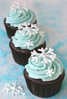 snow cupcakes for 2013 christmas party, 2013 christmas food ideas, design christmas food #Christmas #Snowflake #Cupcakes www.loveitsomuch.com