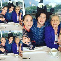 Compartiendo un momento familiar con su mamá y su abuela!!! Comparten el mismo color de ojos!!!