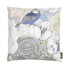 <p>Sinilintu-tyynynpäällisen kesäinen kuosi on Vallilan suunnittelija Tanja Orsjoen suunnittelema. Kuosissa esiintyy toinen toistaan kauniimpia kukkia sekä päähenkilö, sinitiainen, istumassa kukinnon reunalla. Kuosi on h