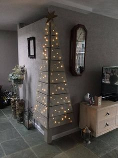 Christmas DIY: Corner Pallet Tree w Corner Pallet Tree with Lights.these are the BEST DIY Christmas Decorations Noel Christmas, Christmas Projects, All Things Christmas, Winter Christmas, Christmas Lights, Modern Christmas, Beautiful Christmas, Simple Christmas, Christmas Photos