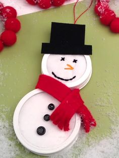 Muñeco-de-nieve-con-tapas-de-frasco-de-cristal