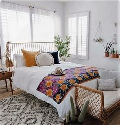 If you are found of white beauty, this room is wonderfully created just for you.This bohemian style house decor will definitely provide pleasurable feeling to your aesthetic sense. And will add more comfort to your bedding area. Stylish hangings and floor adornment all are turning this idea into the bohemian project.