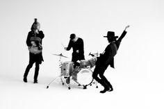 チバユウスケ、中村達也、イマイアキノブによるロックンロール・バンド THE GOLDEN WET FINGERS、3月に2ndアルバム『CHAOS SURVIVE INVADER』リリース決定