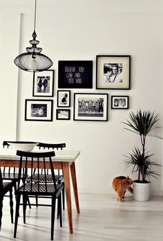 Little * Haus Magazine: Ideas: Decorando las paredes con cuadros Black And White Dining Room, Gallery Wall Frames, Gallery Walls, Art Gallery, Picture Arrangements, Cute Furniture, Dinner Room, Wall Decor, Room Decor